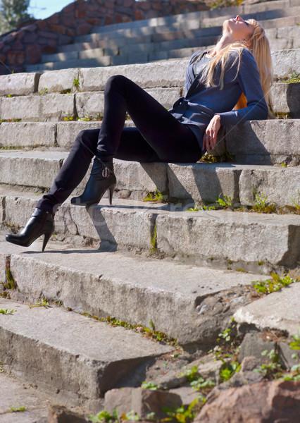 Fille pierre étapes belle jeune fille séance Photo stock © zastavkin