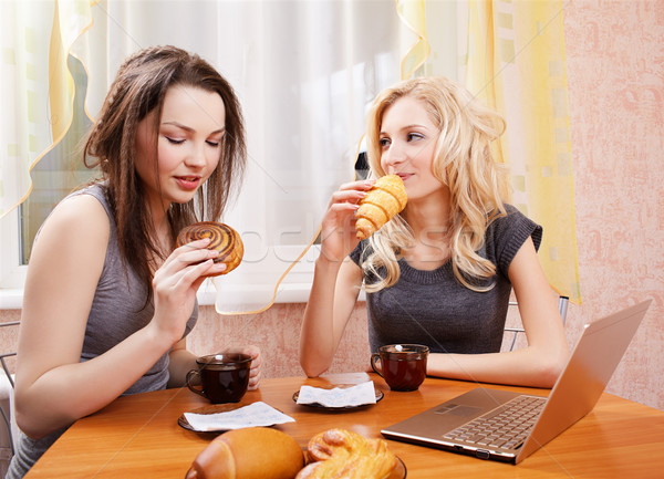 Stock foto: Zwei · Mädchen · trinken · Tee · Porträt · Laptop