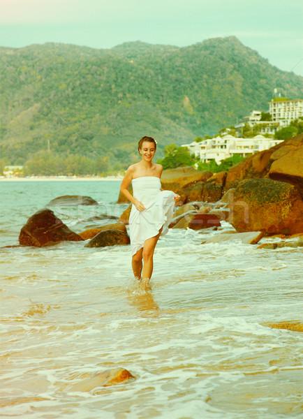 Instagram klasszikus lány tengerpart portré szabadtér Stock fotó © zastavkin