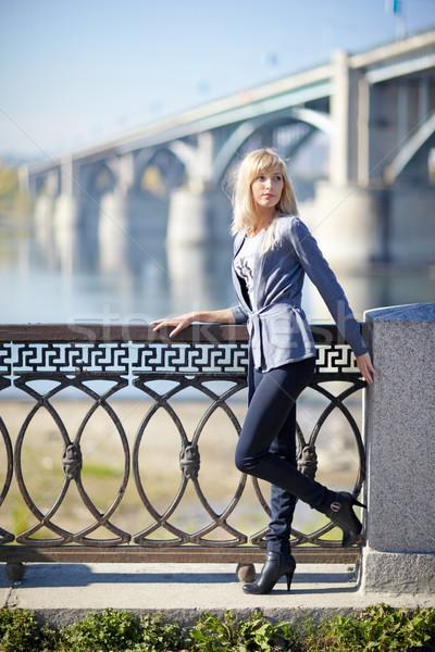 Vrouw stad jonge vrouw brug rivier hemel Stockfoto © zastavkin