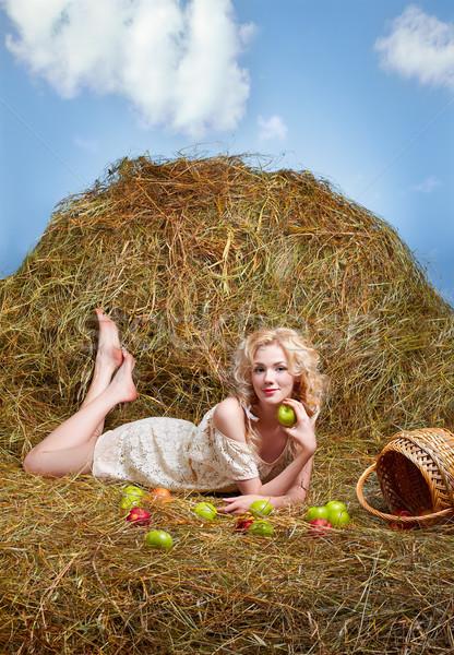 Fille de la campagne foin portrait belle posant Photo stock © zastavkin