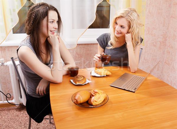 Stock foto: Zwei · Mädchen · trinken · Tee · Porträt · glücklich