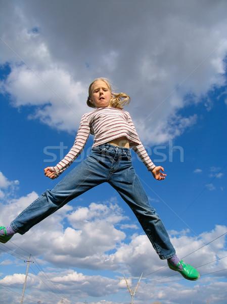 Hoogspringen jong meisje springen boven wolken hemel Stockfoto © zastavkin