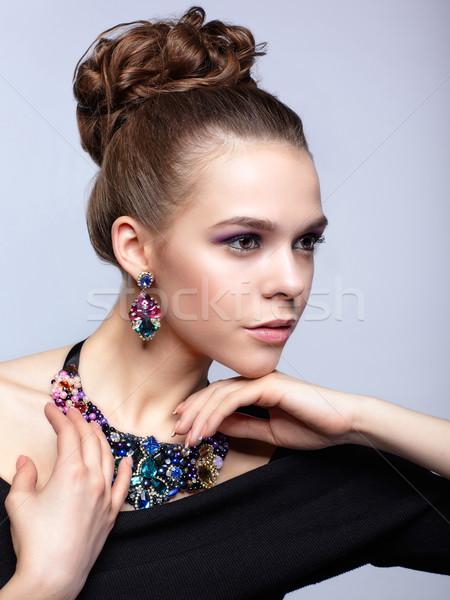 Stok fotoğraf: Genç · kadın · bijuteri · gri · siyah · elbise · el · yüz