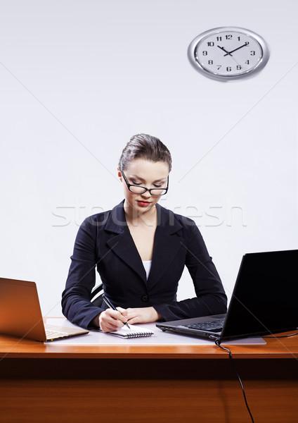 Zakenvrouw twee laptops kantoor portret mooie Stockfoto © zastavkin