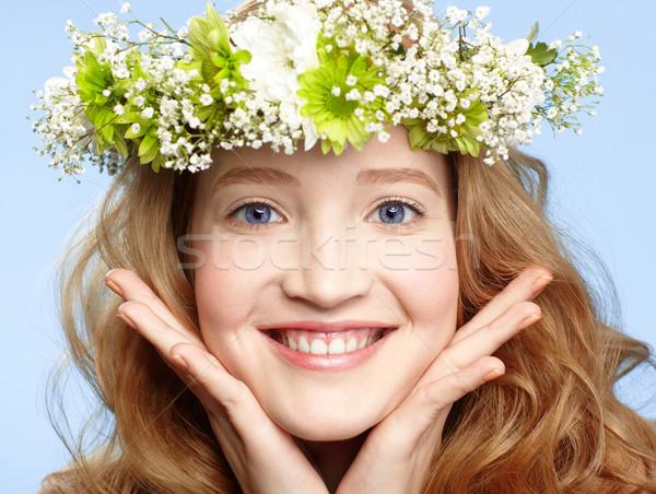 Gelukkig meisje bloem kroon gelukkig jonge meisje Stockfoto © zastavkin