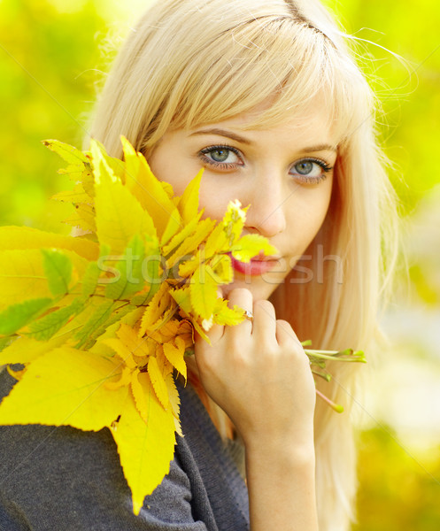Vrouw najaar Geel vallen esdoorn bladeren Stockfoto © zastavkin