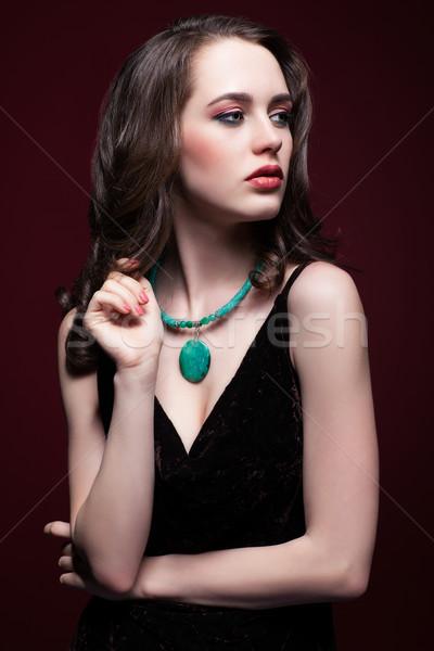 Jonge mooie vrouw zwarte jurk groene kleur Stockfoto © zastavkin