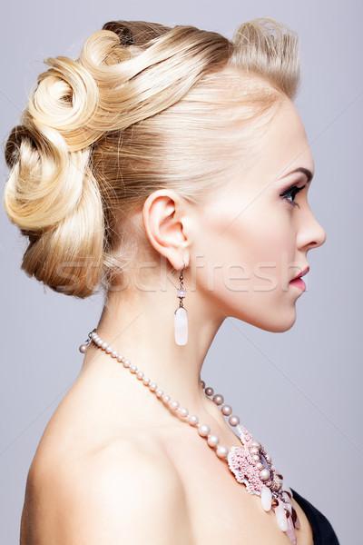Mulher loira vestido preto colar jovem mulher moda Foto stock © zastavkin