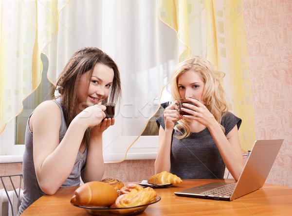 Deux filles potable thé portrait heureux Photo stock © zastavkin