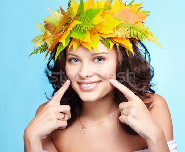Meisje najaar guirlande portret mooie gelukkig Stockfoto © zastavkin