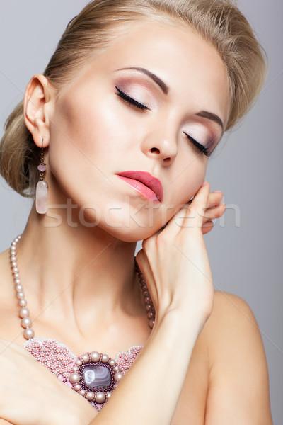 Sarışın kadın kolye genç kadın el yüz Stok fotoğraf © zastavkin
