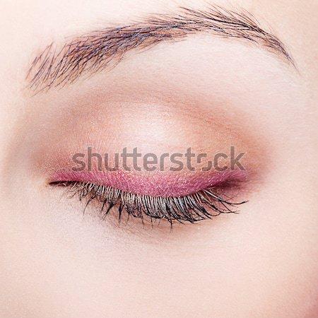 Sminkmester jelentkezik szemhéjfesték gyönyörű smink nő Stock fotó © zastavkin