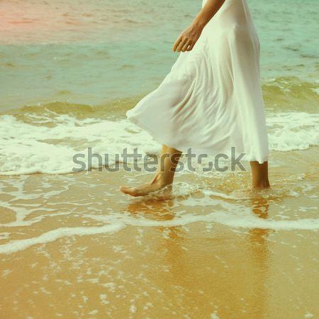 Nő sétál tengerpart testrész szabadtér portré Stock fotó © zastavkin