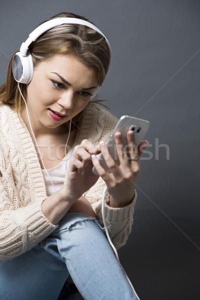 Nő mobiltelefon csinos kaukázusi lezser szürke Stock fotó © zdenkam