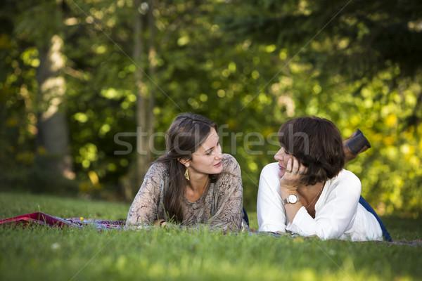 Mère fille ensemble parc heureux Photo stock © zdenkam