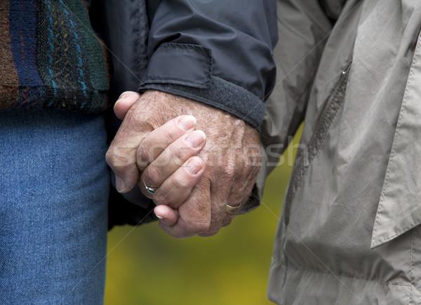 Volwassen paar holding handen toevallig 60s samen Stockfoto © zdenkam