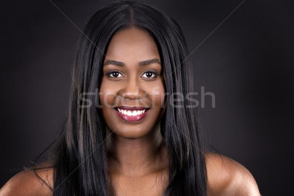 Piękna czarnej kobiety młodych stwarzające ciemnoszary twarz Zdjęcia stock © zdenkam