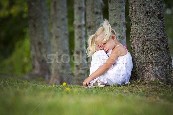 Félénk kislány park kaukázusi lány ül Stock fotó © zdenkam