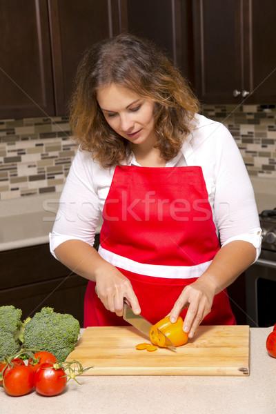 Nyers zöldségek kaukázusi nő vág konyha Stock fotó © zdenkam