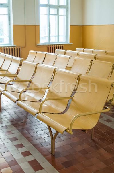 Velho estação de trem sala de espera vazio cadeiras escritório Foto stock © zeffss