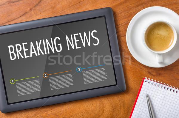 Tabletta fából készült asztal rendkívüli hírek üzlet számítógép Stock fotó © Zerbor