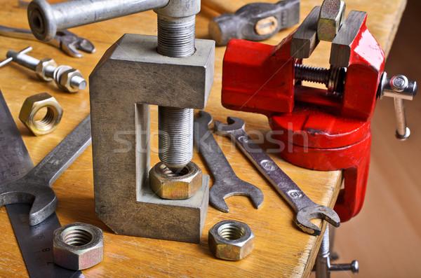 Foto stock: Dispositivo · noz · mão · mesa · de · madeira · construção · tabela