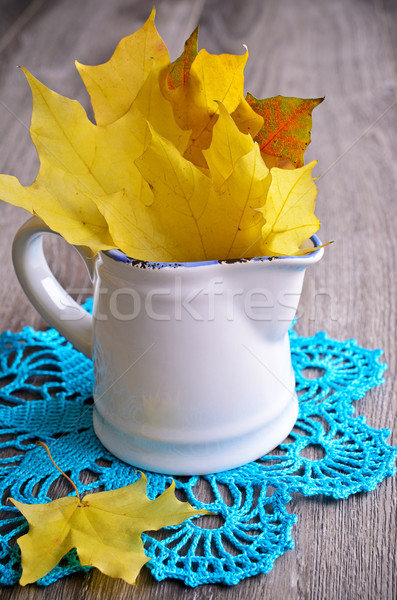 Bordo folhas amarelo em pé branco cerâmico Foto stock © zia_shusha