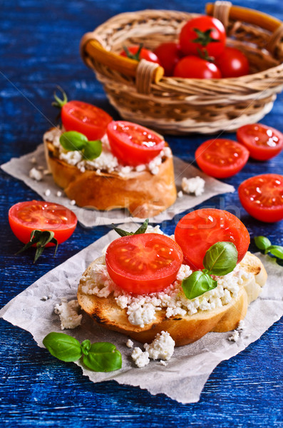 Photo stock: Sandwich · fromages · tomate · basilic · papier · alimentaire