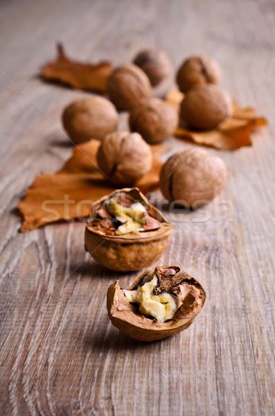 Walnoot gebarsten geheel noten gedroogd Stockfoto © zia_shusha
