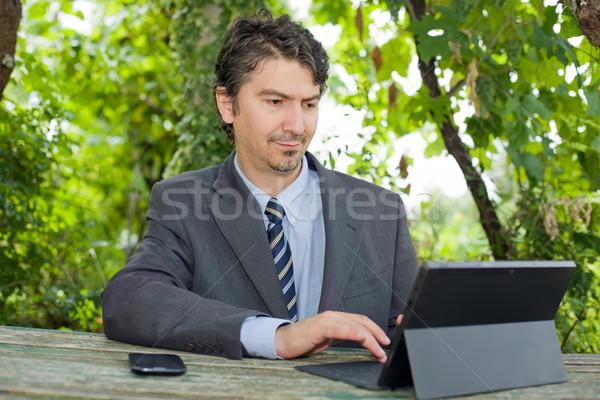 çalışma mutlu işadamı dijital tablet açık havada Stok fotoğraf © zittto