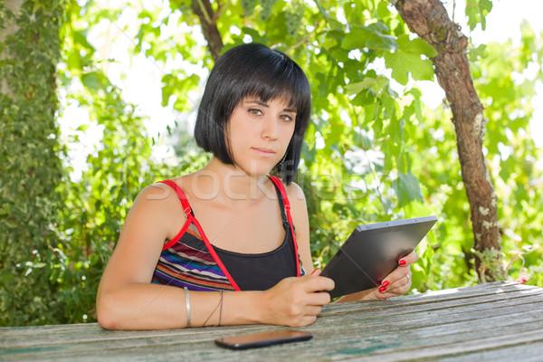 Kadın tablet gündelik çalışma açık Stok fotoğraf © zittto