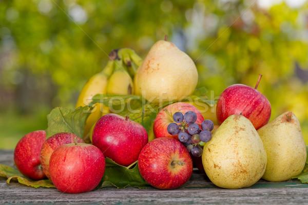 ストックフォト: 果物 · 屋外 · 木製のテーブル · 庭園 · ワイン · バラ