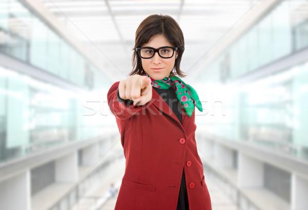 Femme d'affaires jeunes pointant bureau heureux mode Photo stock © zittto