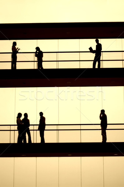 Werknemers silhouet kantoor gebouw vergadering glas Stockfoto © zittto
