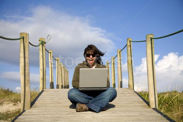 çalışma genç kadın bilgisayar plaj el gülümseme Stok fotoğraf © zittto