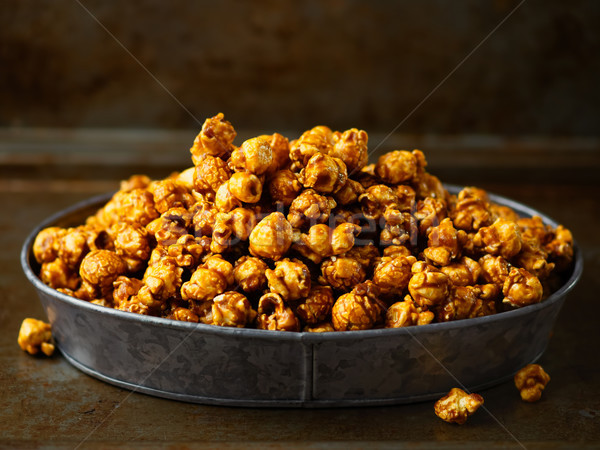 Rusztikus sózott karamell pattogatott kukorica közelkép Stock fotó © zkruger