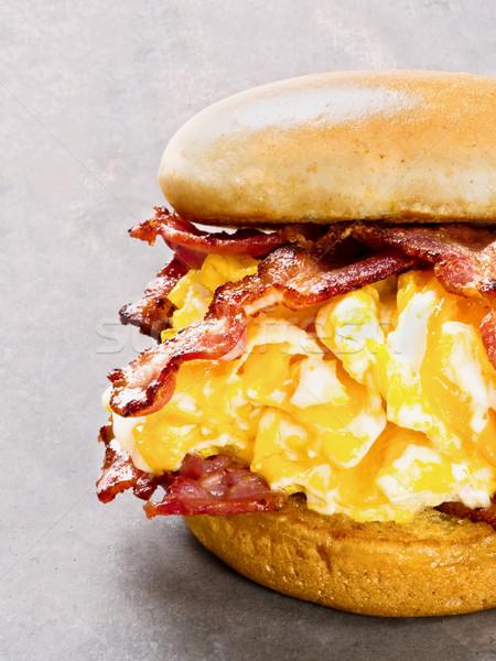Rústico americano bacon ovo queijo sanduíche Foto stock © zkruger