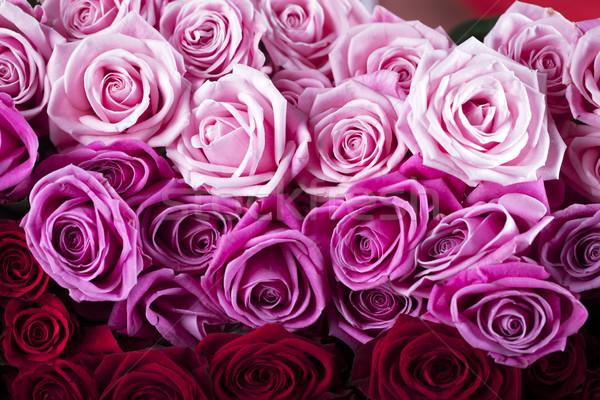 Róż specjalny dzień bukiet szkła tabeli Zdjęcia stock © zolnierek