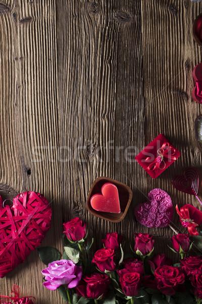 Día rojo corazones rosas mesa de madera flor Foto stock © zolnierek
