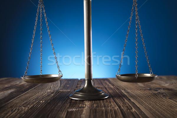 Prawa skali sprawiedliwości starych drewniany stół niebieski Zdjęcia stock © zolnierek