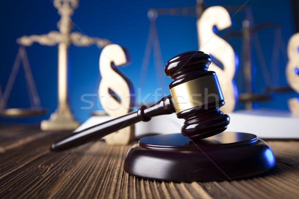 Prawa młotek skali sprawiedliwości starych drewniany stół Zdjęcia stock © zolnierek
