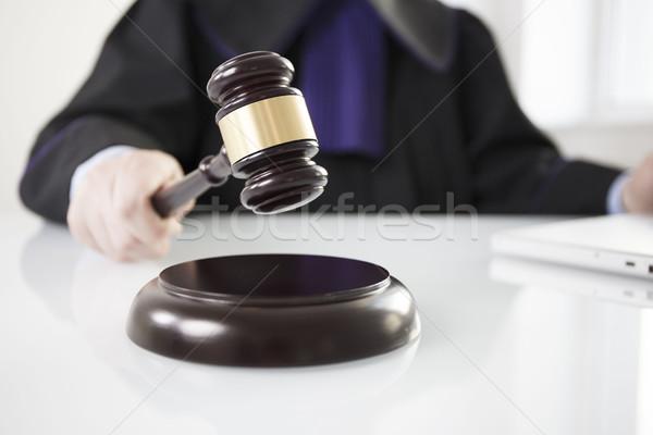 Droit juge marteau main fond avocat Photo stock © zolnierek