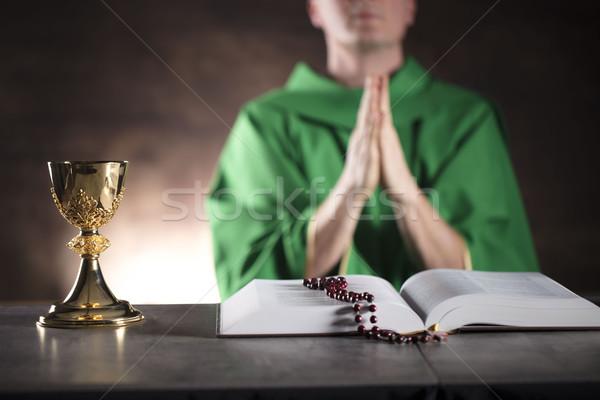 Katolikus vallás pap szent tömeg kereszt Stock fotó © zolnierek