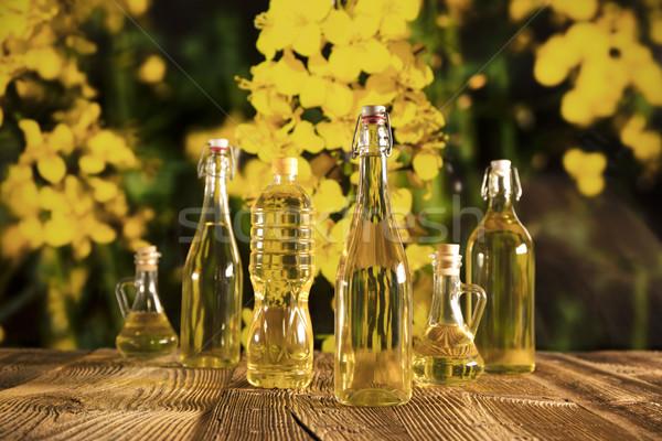 Petróleo vegetales botellas vidrio mesa flor Foto stock © zolnierek