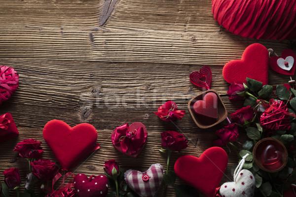 Stockfoto: Dag · Rood · harten · rozen · houten · tafel · bloem