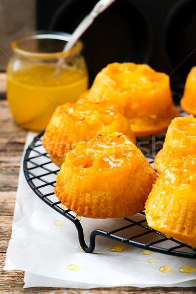 Ondersteboven gebak cake oranje plaat dessert Stockfoto © zoryanchik