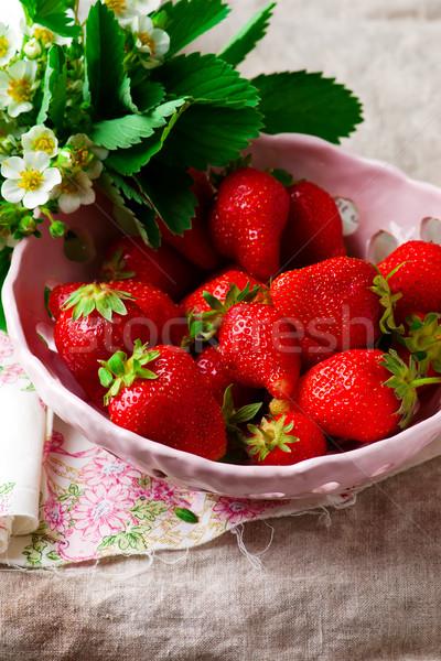 çilek seramik çanak meyve kırmızı beyaz Stok fotoğraf © zoryanchik