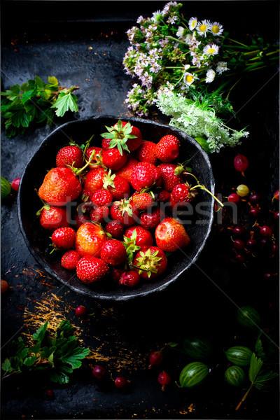 Morango cerâmico tigela comida verão tabela Foto stock © zoryanchik