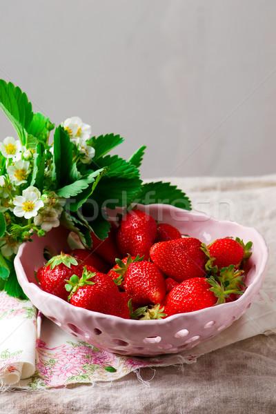 Aardbei keramische kom vruchten Rood witte Stockfoto © zoryanchik